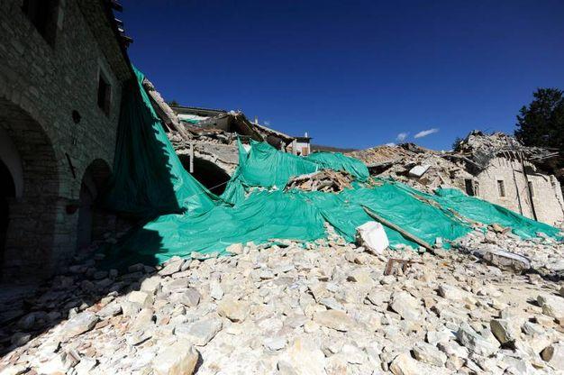 Cumuli di macerie, case buttate giù dal terremoto o dalle demolizioni, ammassi di mobili, materassi e vestiti (Foto Calavita)