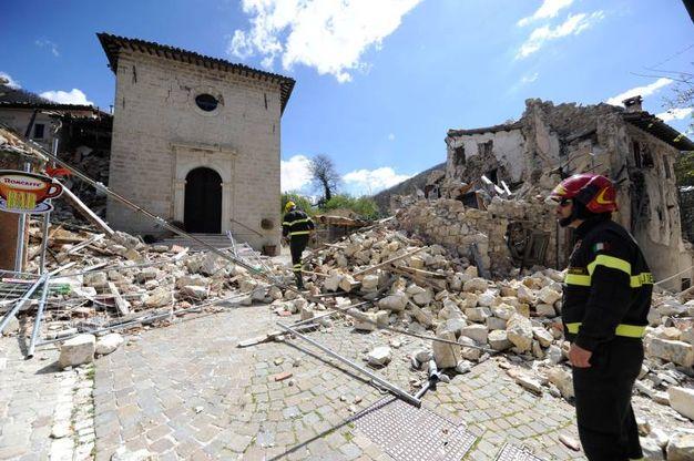 Nel paesino che contava 25 abitanti (ma fino a 500 d'estate) si può arrivare solo scortati dai vigili del fuoco (Foto Calavita)