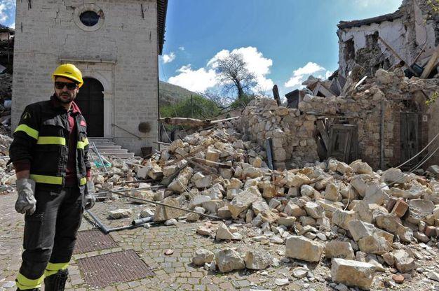 «L'emergenza è tutt'altro che rientrata – sottolinea Riccioni –, dai droni che hanno sorvolato la zona risulta che delle pareti sono ancora pericolanti (Foto Calavita)