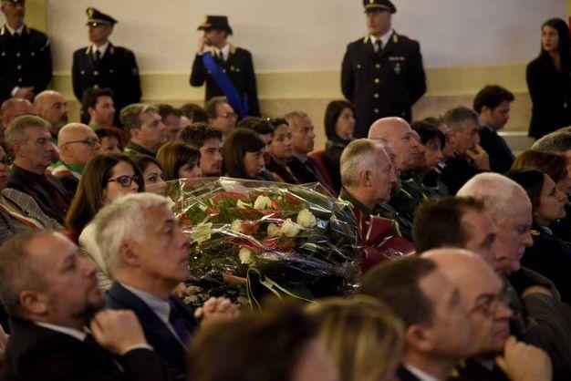 Fiori per Valerio Verri alla festa della polizia a Ferrara (foto Businesspress)