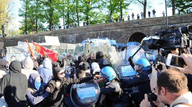 G7 a Lucca: gli scontri tra manifestanti e le forze dell'ordine (LaPresse)