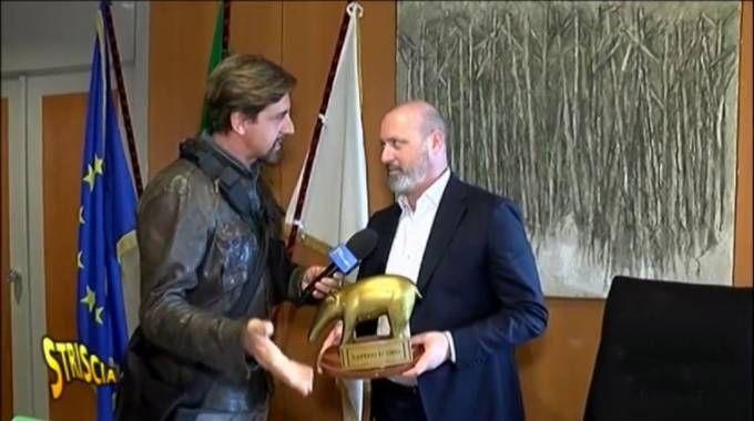 Staffelli consegna il tapiro d'oro a Bonaccini (Fotogramma fornito da Striscia la Notizia)