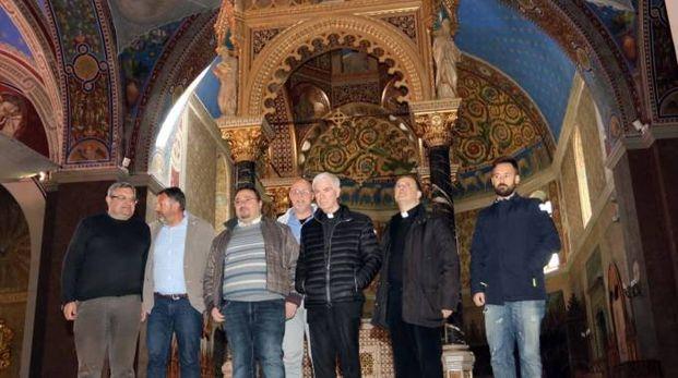 Il vescovo D'Ercole, Francesco e Yuri Gaspari e, tra gli altri, il progettista dei lavori