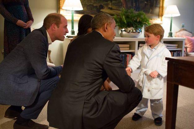Il principe George in pigiana riceve Obama (Lapresse)