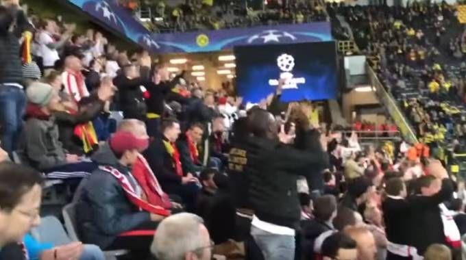 L'omaggio dei tifosi del Monaco al Borussia Dortmund