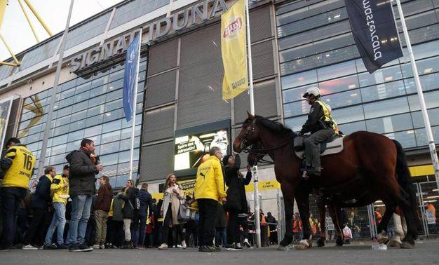 Polizia a cavallo fuori dallo stadio (Ansa)