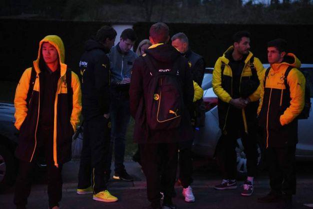I giocatori del Borussia appena usciti dal bus - Afp
