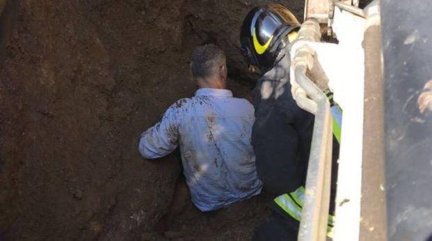 Operaio travolto da una frana, salvato dai vigili del fuoco