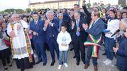 Il piccolo Tommaso tra don Guido Lucchiari e il sindaco di Occhiobello, Daniele Chiarioni (foto Donzelli)