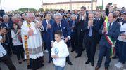 Il piccolo Tommaso con le autorità e don Guido Lucchiari all'inaugurazione dell'outlet di Occhiobello (foto Donzelli)