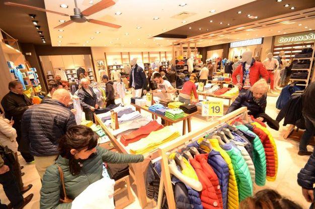 Tremila persone si sono avventurate nei negozi aperti (foto Donzelli)