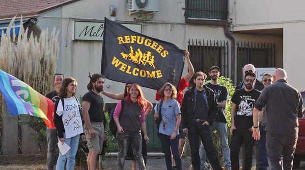 Contro la protesta della Lega, la contromanifestazione di Prc e Lega Antifascista con il vessilo di benvenuto agli immigrati