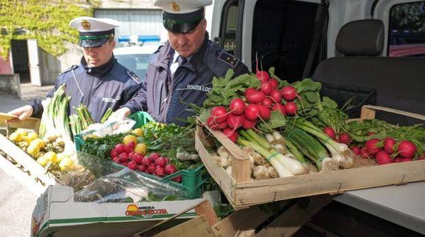 Gli agenti del comando di via Gozzano nel corso dell'ultima operazione di ieri durante il mercato rionale