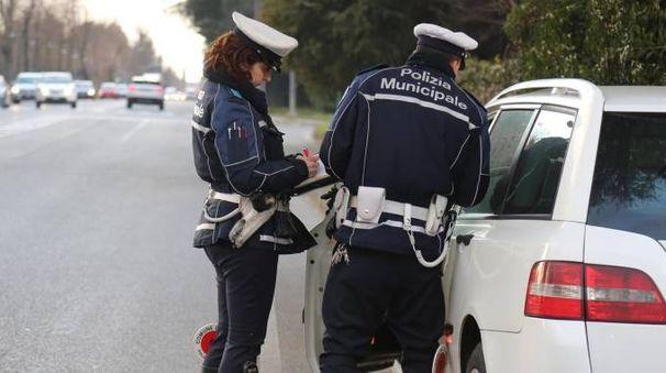 Agenti della Municipale impegnati in un controllo stradale