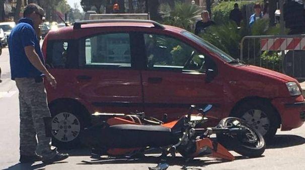 La moto Ktm finita contro una Fiat Panda in corso Matteotti, a Porto Recanati