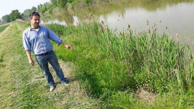 Cristiano Lugli indica il punto dove è stato trovato il giaciglio di 'Igor' (Radogna)