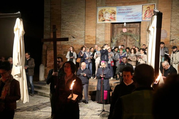 La Via Crucis si è svolta lungo le vie del centro storicocon partenza dalla chiesa di San Domenico e arrivo in Duomo (foto Ravaglia)