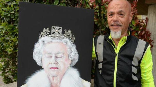 Il pittore Amedeo Galeffi e il ritratto della regina Elisabetta (foto Frasca)