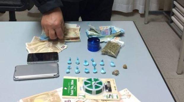 La droga e i contanti sequestrati dai carabinieri di Civitanova