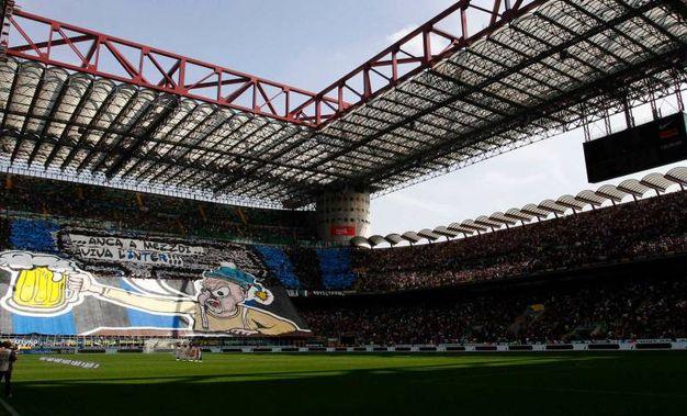 """La coreografia mostra un tifoso con tanto di boccale di birra e la scritta """"Anca a mezzodi… viva l'Inter""""(La Presse)"""