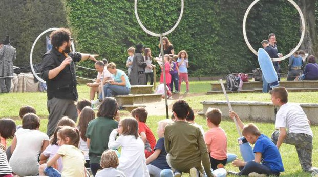 Bambini all'esterno impegnati in una lezione sul Quidditch