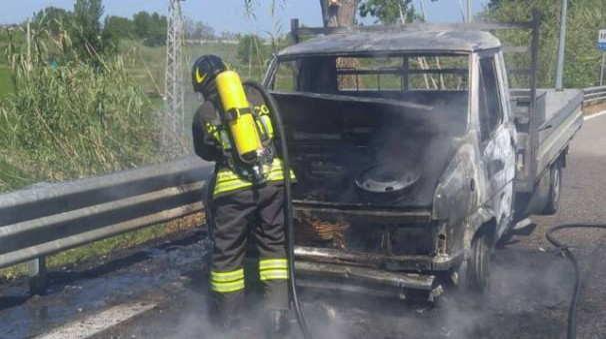 I vigili del fuoco spengono le fiamme nel furgone