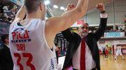 I giocatori di Imola festeggiano la vittoria (foto Isolapress)