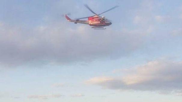 L'elicottero del 115 sorvola il Po a Boretto