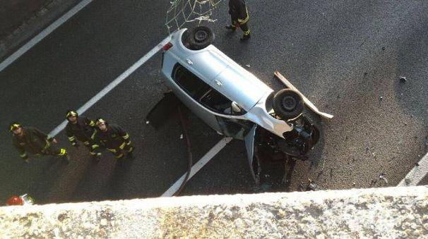 L'auto precipitata sull'autostrada (Ansa)