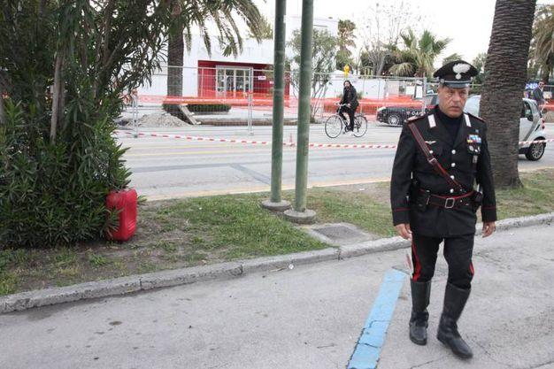 I carabinieri sul luogo dove è stata abbandonata la valigia (foto Sgattoni)