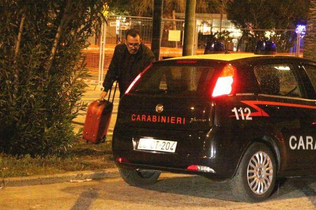 Il recupero della valigia da parte dei carabinieri (foto Sgattoni)