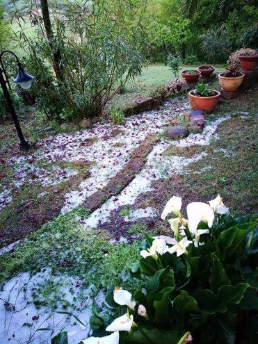 Anche il giorno dopo la grandine lascia il segno (Foto: Facebook)