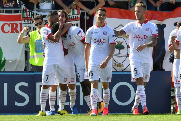 La gioia dei giocatori del Carpi per la vittoria (foto LaPresse)