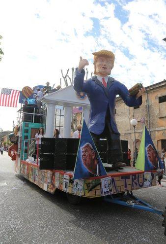 Il carro per Donald Trump (foto Ravaglia)
