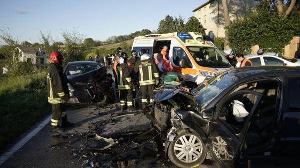 L'incidente frontale con 4 feriti (foto Zeppilli)