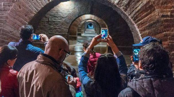 Turisti alle cisterne romane (foto Zeppilli)