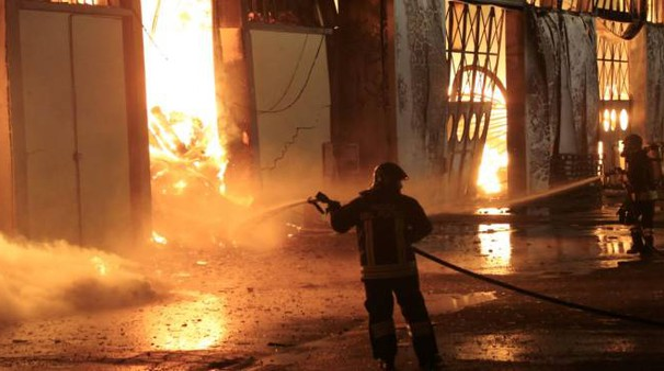 Incendio distrugge capannone della 'Longiano Imballaggi' (foto Ravaglia)