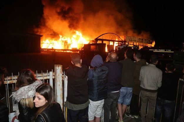 Le abitazioni vicine al luogo del rogo sono state evacuate (foto Ravaglia)