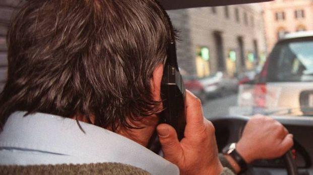Cellulare alla guida (Ansa)
