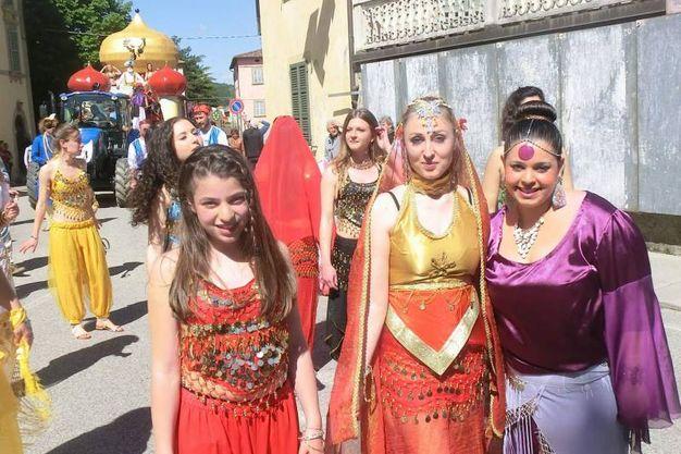 Ragazze in costume durante la sfilata (foto Cappelli)