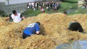 Un momento della gara di ricerca dell'uovo nel pagliaio (foto Cappelli)