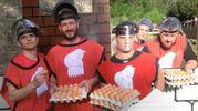 La battaglia delle uova, giovani del rione Borgo (foto Cappelli)