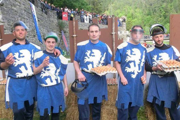 La battaglia delle uova, giovani del rione Casone (foto Cappelli)
