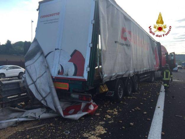 Incidente sulla A14: un camion è finito contro una barriera new jersey