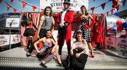Una foto di gruppo dei 9 artisti che saranno presenti nelle 60 tappe del roadshow