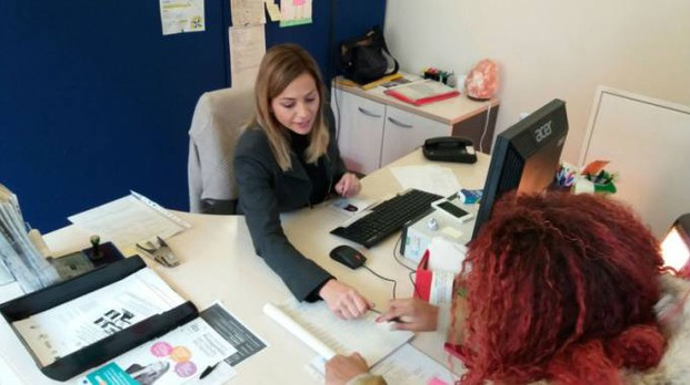 Al Centro per l'impiego di Pesaro un'operatrice a colloquio con una utente