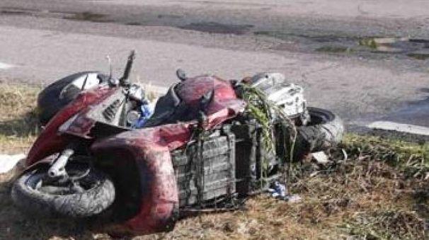 Lo scooter finito nel canale. L'uomo che lo guidava è morto (foto Lecci)