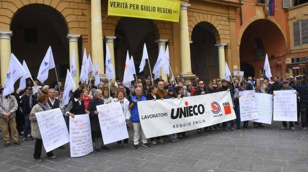 I soci delle coop protestano sotto il municipio