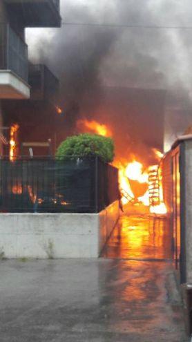 Sono intervenuti pompieri da Fermo, Civitanova e Macerata (foto Zeppilli)