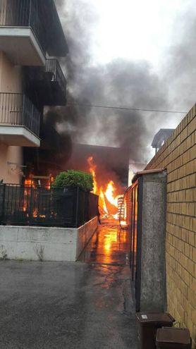 Le fiamme sono partite da un capanno (foto Zeppilli)